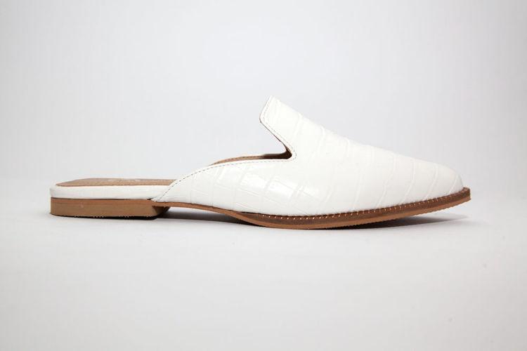 Γυναικεία mules flat άσπρα με croco pattern